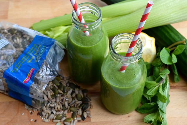 Good Green Breakfast Smoothie | www.rachelphipps.com @rachelphipps