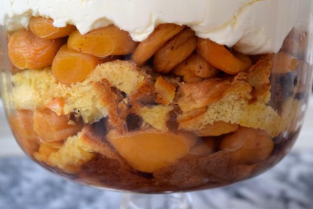 Apricot & Pandoro Trifle | www.rachelphipps.com @rachelphipps