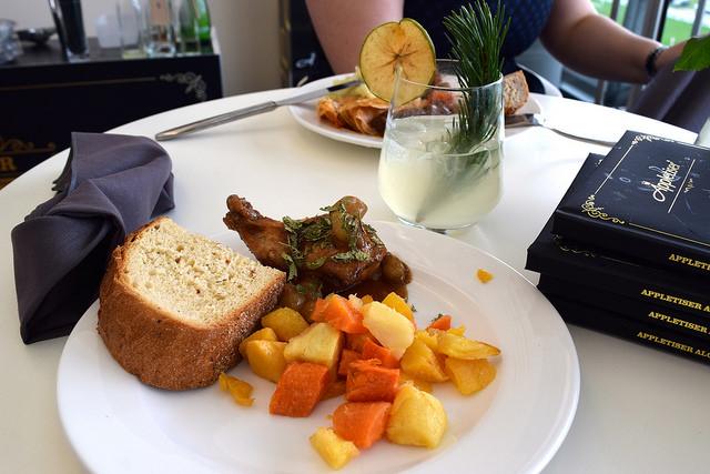 Lunch in the Appletiser Box at Ascot | www.rachelphipps.com @rachelphipps