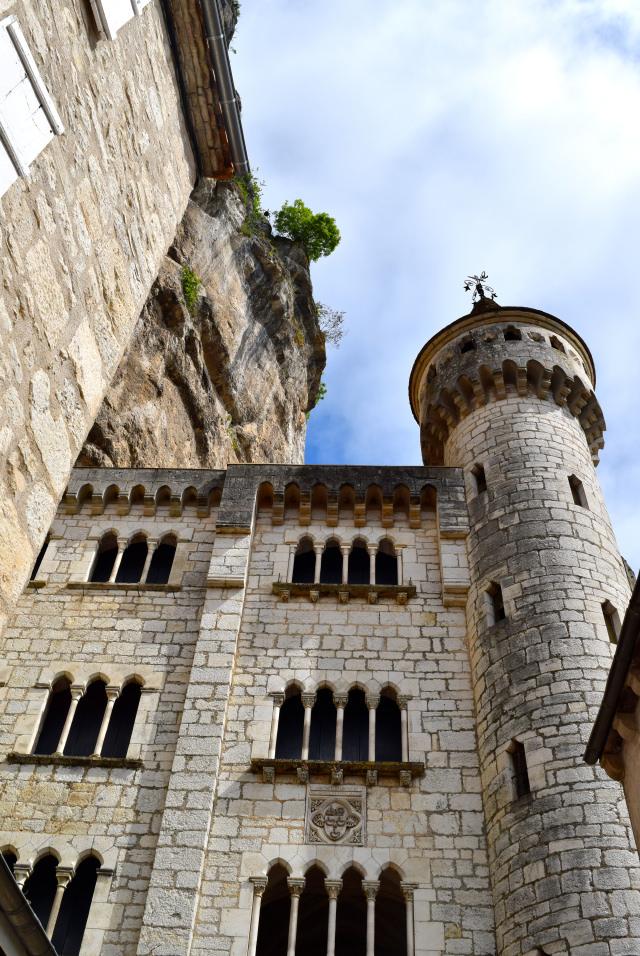 Looking up at Rocamadour | www.rachelphipps.com @rachelphipps