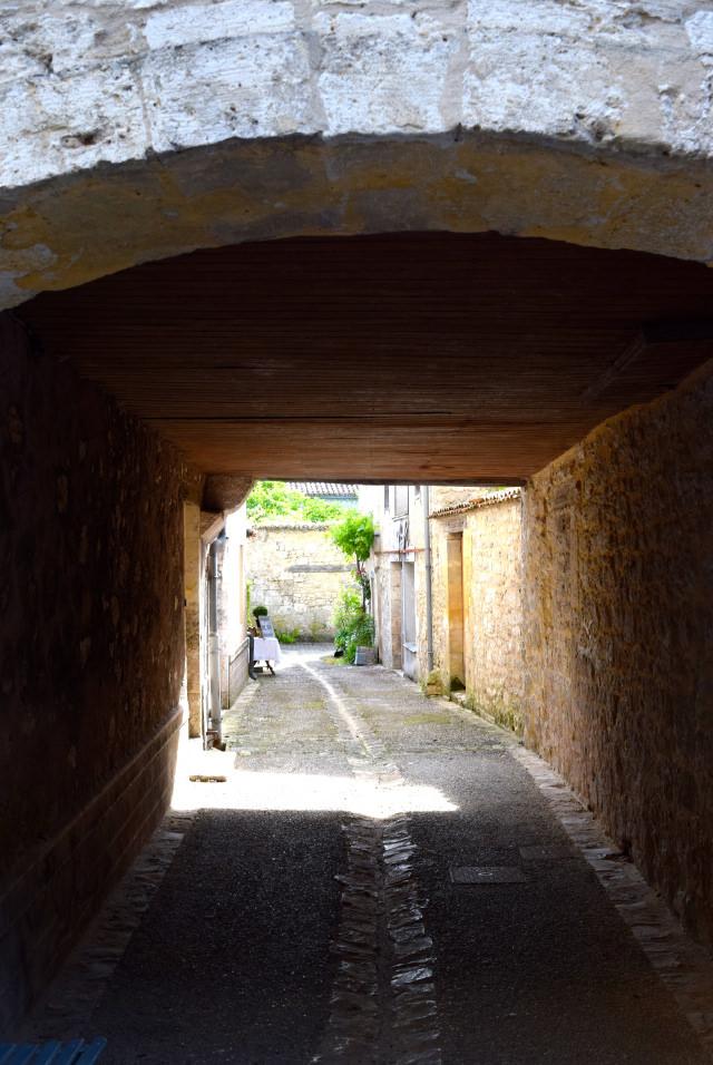 Alleys in Issigeac | www.rachelphipps.com @rachelphipps