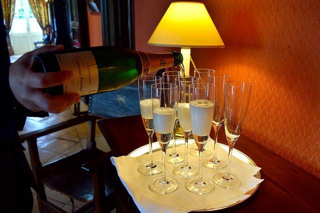 Pouring Champagne at Chateau de la Treyne | www.rachelphipps.com @rachelphipps