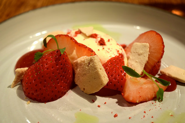 Deconstructed Eton Mess at The Swan, Chapel Down | www.rachelphipps.com @rachelphipps