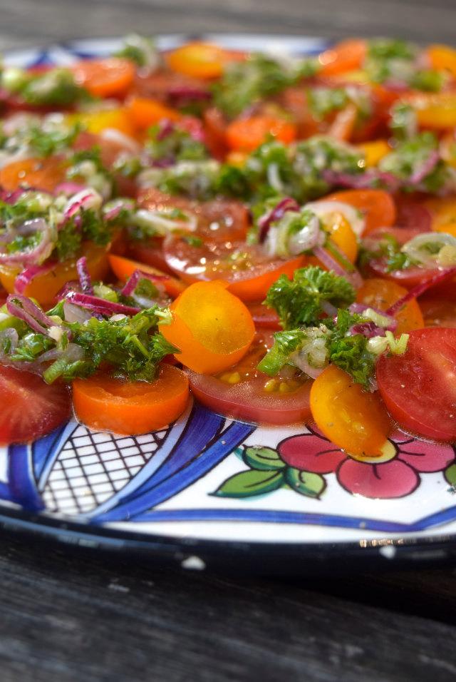 Easy Summer Tomato Salad | www.rachelphipps.com @rachelphipps