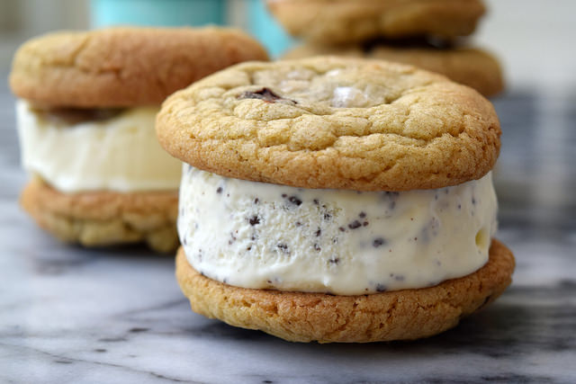 Easy Ice Cream Sandwiches | www.rachelphipps.com @rachelphipps
