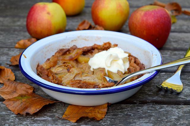 Caramelised Apple and Cinnamon Dutch Baby Pancake | www.rachelphipps.com @rachelphipps