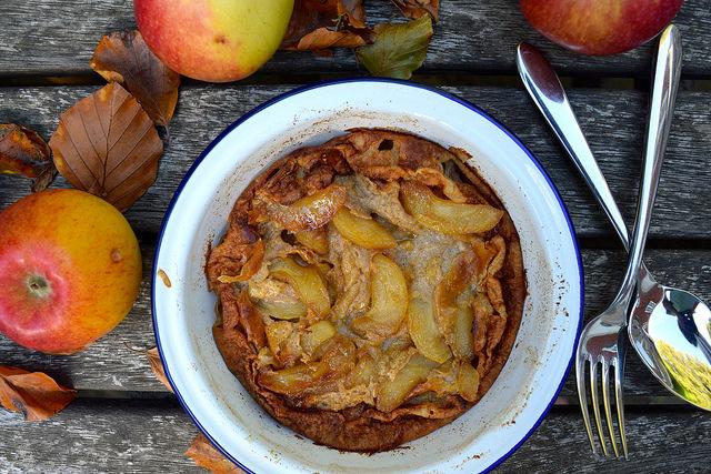 Caramelised Apple & Cinnamon Dutch Baby | www.rachelphipps.com @rachelphipps
