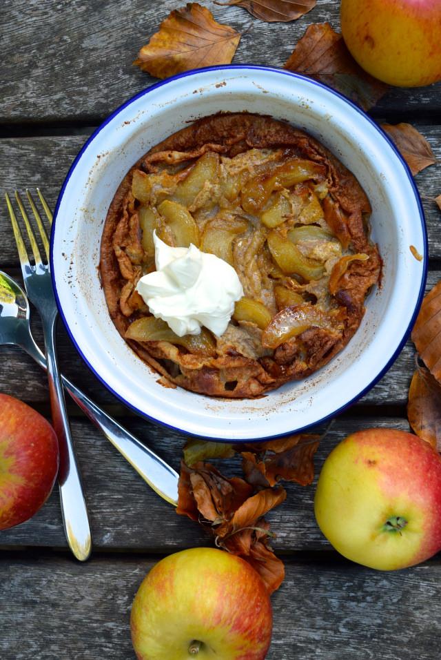 Caramelised Apple & Cinnamon Dutch Baby Pancake | www.rachelphipps.com @rachelphipps