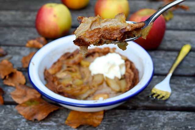 Caramelised Apple & Cinnamon Dutch Baby Pancake with Creme Fraiche | www.rachelphipps.com @rachelphipps