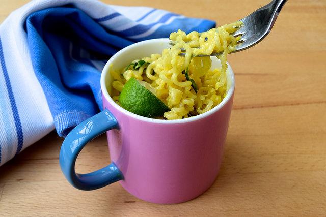 DIY Laksa Ramen Noodles (In A Mug!)| www.rachelphipps.com @rachelphipps