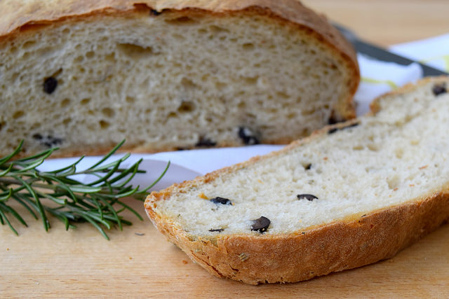 No-knead Rosemary & Olive Loaf | www.rachelphipps.com @rachelphipps