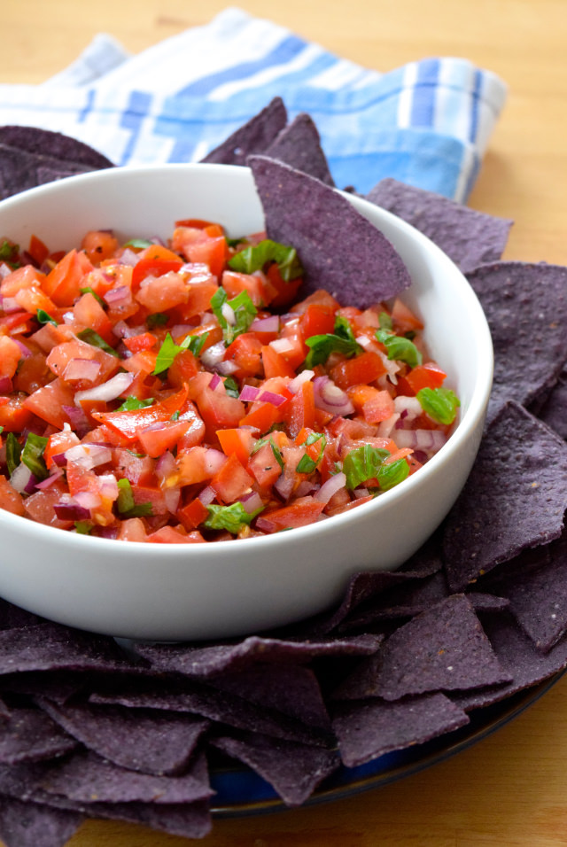 Easy Bruschetta Salsa with Tortilla Chips | www.rachelphipps.com @rachelphipps