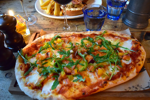 Margarita Pizza at The Royal Oak, Twickenham | www.rachelphipps.com @rachelphipps