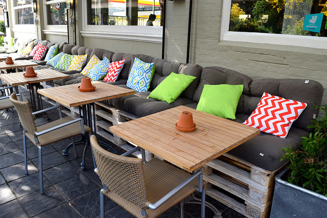 Outdoor Seats at The Royal Oak, Twickenham | www.rachelphipps.com @rachelphipps