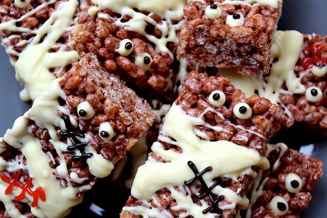 Easy Mummified Cocoa Pops Treats | www.rachelphipps.com @rachelphipps