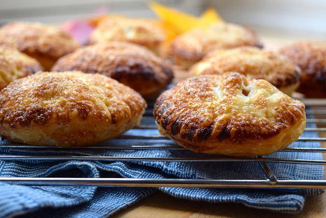 How To Make Easy Apple Hand Pies | #applepie #apple #handpie #autumn #fall www.rachelphipps.com @rachelphipps