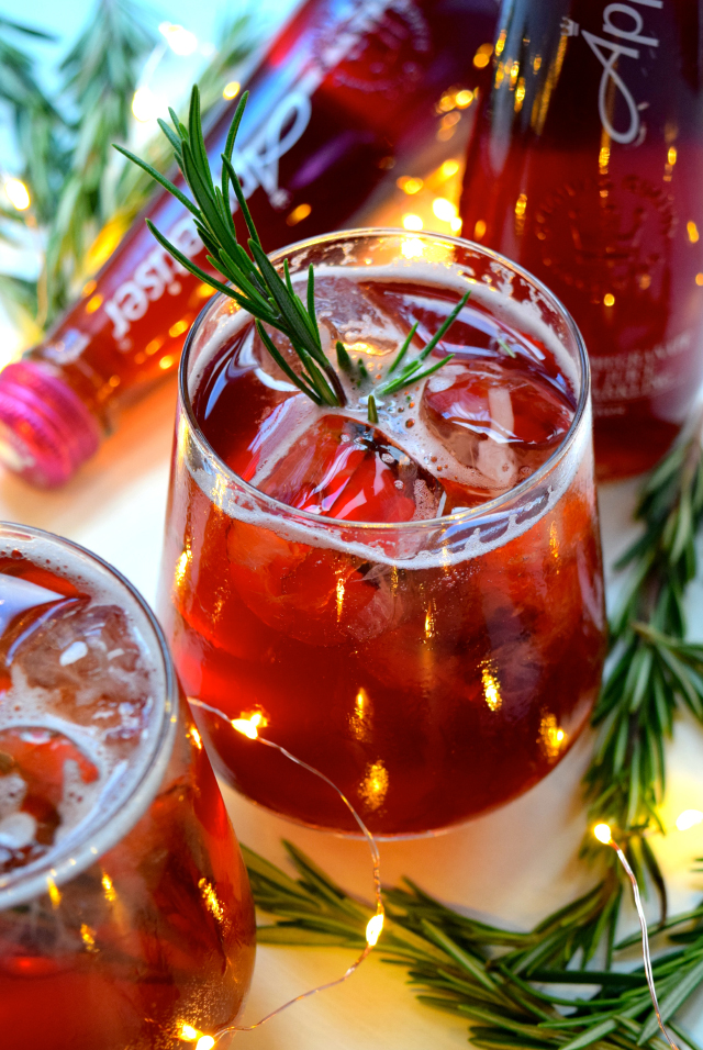 Pomegranate & Rosemary Spritz #christmas #cocktail #pomegranate | www.rachelphipps.com @rachelphipps