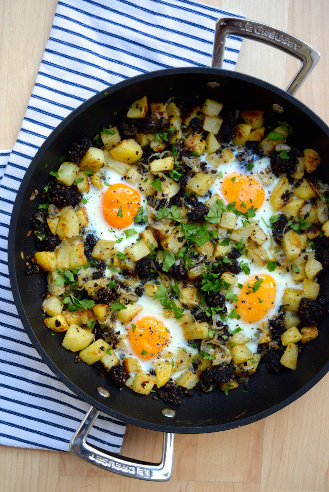 Baked Eggs with Black Pudding and Potatoes #eggs #potato #onion #blackpudding #onepan #dinner