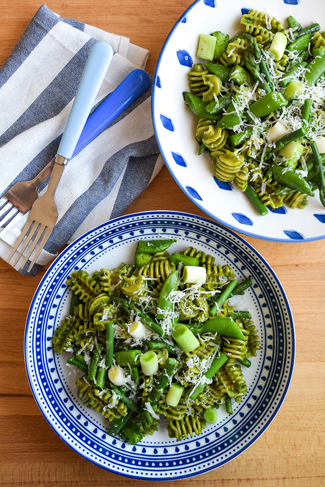 Wholemeal Pasta with Spring Greens & Fresh Spinach Pesto #pasta #spinach #springgreens #snappeas #asparagus #leeks #meatfreemonday