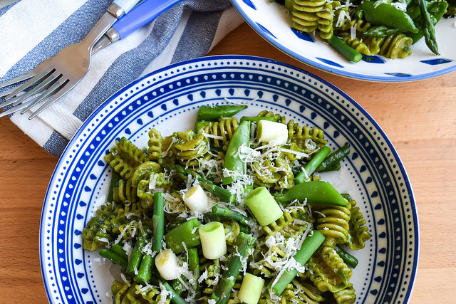 Pasta with Spring Greens & Fresh Spinach Pesto #pasta #spinach #springgreens #snappeas #asparagus #leeks #meatfreemonday